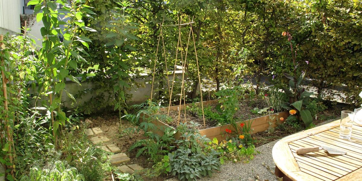 Elisabeth et Lynda cultivent les espaces verts d'un foyer