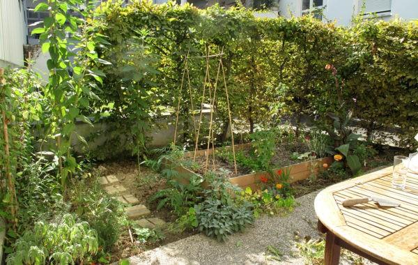 Elisabeth et Lynda cultivent les espaces verts inutilisés d'un foyer