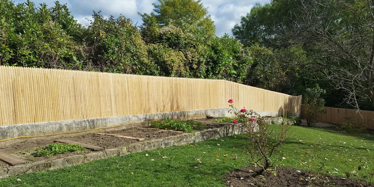 Installer une clôture en châtaignier
